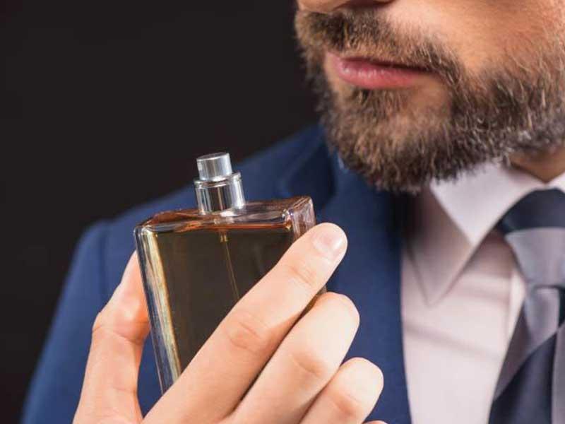 ۱۵ نکته برای ماندگاری بیشتر عطر روی لباس